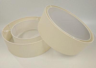 Pantalla cilíndrica concentrica en color blanco y difusor en la base de Artesanía Antonio