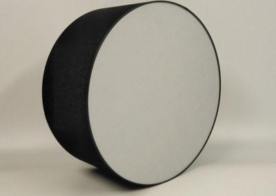 Pantalla cilíndrica en material negro con difusor en la base de Artesanía Antonio