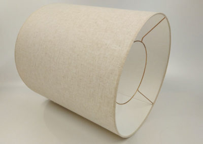 Pantalla cilindrica en material blanco de Artesanía Antonio