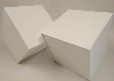 Pantalla cuadrada en material blanco con difusor en la base de Artesanía Antonio