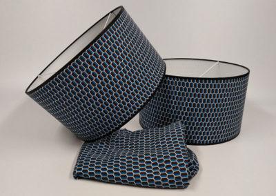 Pantalla forrada de tela azul y negra con dibujos de colmena de Artesanía Antonio