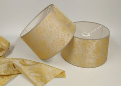 Pantalla forrada de tela con diseños de hojas doradas de Artesanía Antonio