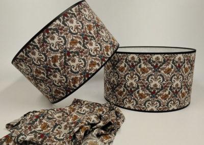 Pantalla forrada de tela con diseños florares de Artesanía Antonio