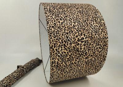 Pantalla forrada de tela con estampado de leopardo de Artesanía Antonio