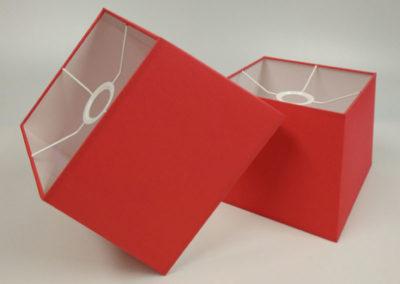 Pantallas cuadradas en material rojo de Artesanía Antonio