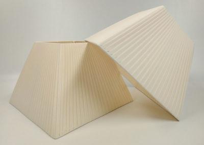 Pantallas piramidales encintadas en ribete fino color blanco de Artesanía Antonio
