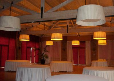 Pantallas cónicas encintadas en blanco para salón comedor de Artesanía Antonio