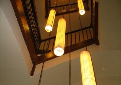 Pantallas cilíndricas alargadas para hueco de escalera de Artesanía Antonio