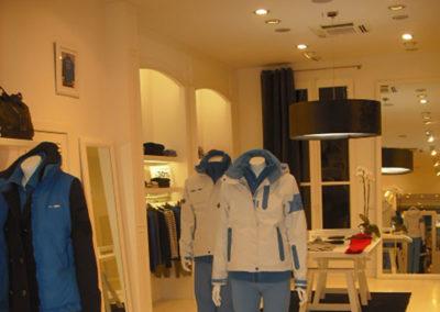 Pantallas colgantes en negro para tienda de moda de Artesanía Antonio
