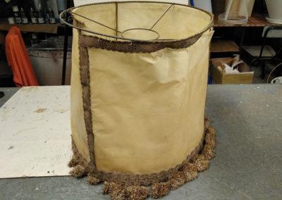 Pantalla-antigua-cilindrica-con-técnica-de-cosido-y-cenefa-a-restaurar-por-Artesanía-Antonio