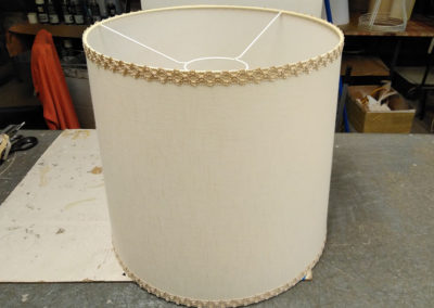 Pantalla-antigua-cilindrica-con-técnica-de-cosido-y-cenefa-restaurada-por-Artesanía-Antonio