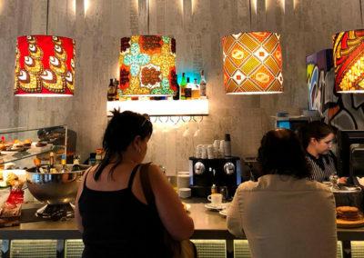 Pantallas cilíndricas con estampado en telas con diseños étnicos para cafetería de Artesanía Antonio
