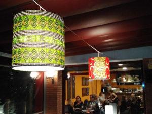 Pantallas cilíndricas con estampado en telas con diversos diseños para estaurante de Artesanía Antonio 2