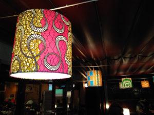 Pantallas cilíndricas con estampado en telas con diversos diseños para estaurante de Artesanía Antonio 4