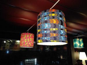 Pantallas cilíndricas con estampado en telas con diversos diseños para estaurante de Artesanía Antonio 5