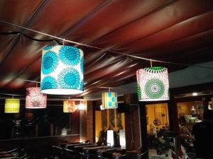 Pantallas cilíndricas con estampado en telas con diversos diseños para estaurante de Artesanía Antonio 6