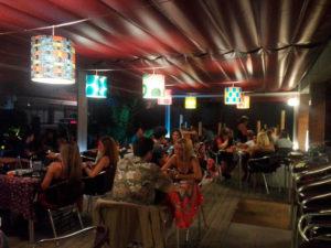 Pantallas cilíndricas con estampado en telas con diversos diseños para terraza de restaurante Can Arias de Artesanía Antonio