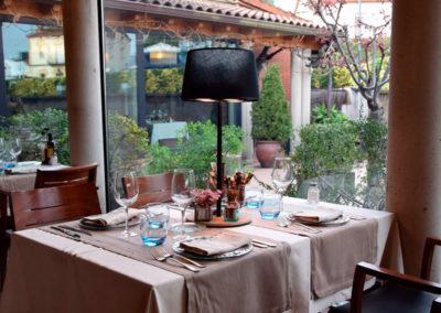 Lámpara con diseño en negro para mesa de restaurante de Artesanía Antonio