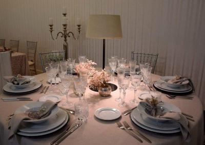 Lámpara con diseño en blanco para mesa de banquetes de Artesanía Antonio