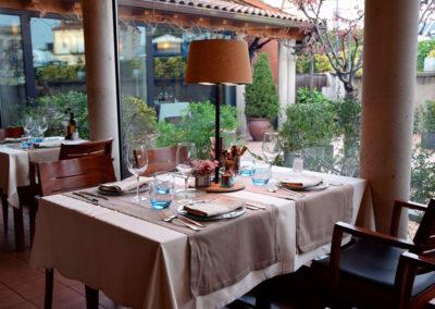 Lámpara con diseño en madera para mesa de restaurante de Artesanía Antonio